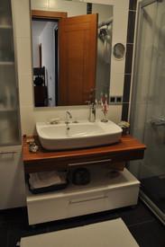 Banyodan çanak lavabo, masif tezgahlı dolap detayı..