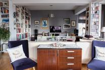 Salona bakış, Özel tasarım dolap ve raflar, renove edilen koltuklar...