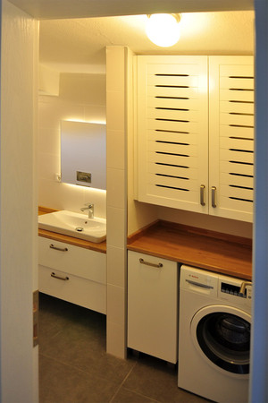 Banyonun diğer bölümü çamaşır makinası ve şofben dolabı olarak hava alacak şekilde tasarlandı.