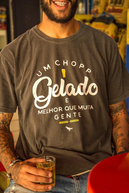 CAMISETA UM CHOPP GELADO É MELHOR QUE MUITA GENTE STONE