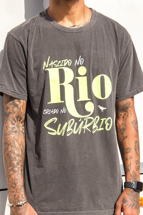 CAMISETA NASCIDO NO RIO, CRIADO NO SUBÚRBIO STONE