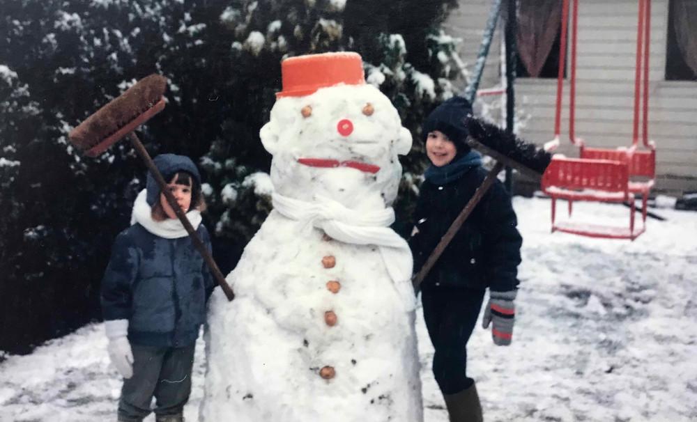 buitenspelen in de winter, buiten spelen in de sneeuw, sneeuwpop maken, vies worden, ontdekken, creatief buitenspelen, sneeuwballengevecht