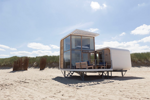Zomervakantie aan zee met kinderen in Nederland, overnacht op het strand in een luxe strandhuisje