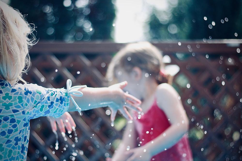 waterspelletjes en buitenactiviteiten voor kinderen