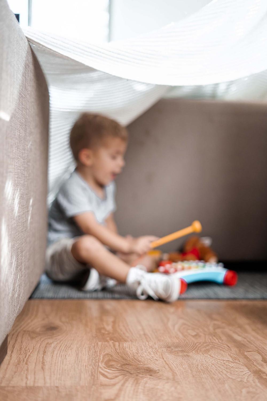 binnen spelen - hut bouwen - fort bouwen - kinderen vermaken in en rondom huis