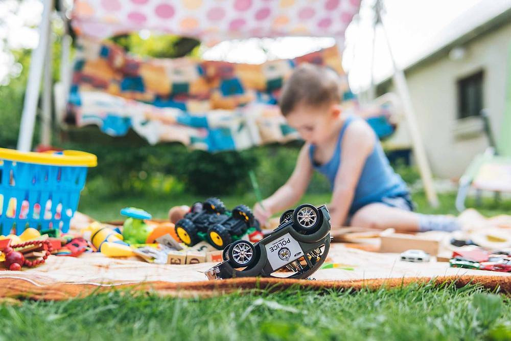 binnenspeelgoed mee naar buiten nemen - spelen in de tuin met binnenspeelgoed