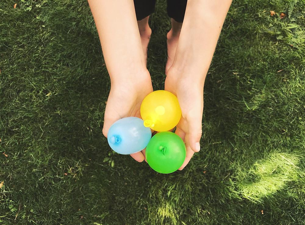 Buitenspelletjes in de tuin: strandhanddoek volleybal