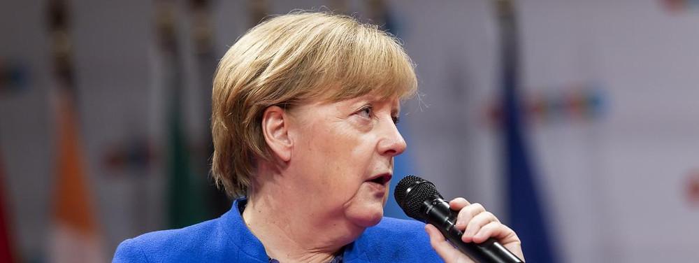 Angela Merkel devant les étudiants de l'European School of Management and Technology (EMST) de Berlin, le 28 mai 2018. (POP-EYE / BEN KRIEMANN / AFP)
