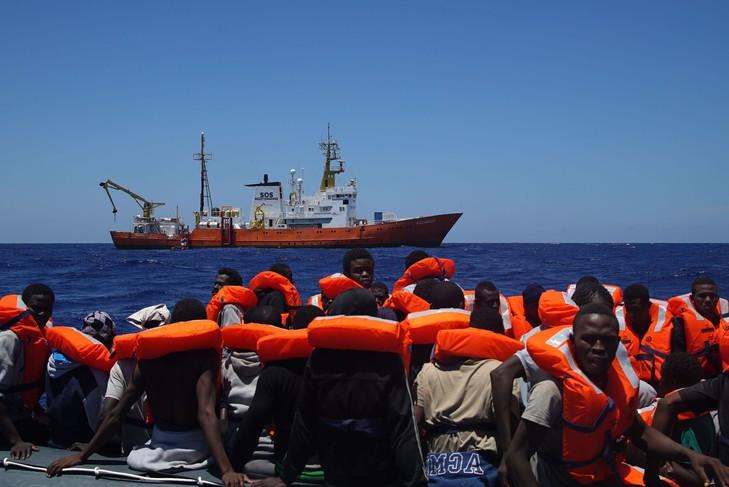 L'Aquarius, bateau affrété par SOS Méditerranée, vient en aide à des migrants en mer Méditerranée, le 23 juin 2016. / Bram Janssen/AP