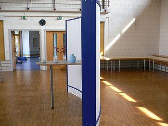 Wave Display als stilvoller Einzelelement mit Tisch und Regal. Multifunktional und Formschön