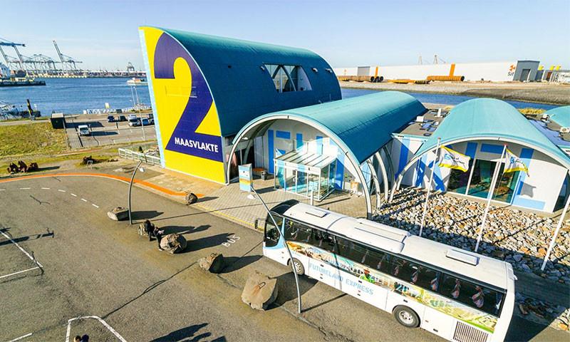 Die HMM Algeciras hat bei im einem Hafen der Maasvlakte 2 festgemacht. (Foto: Dutch Drone Company)