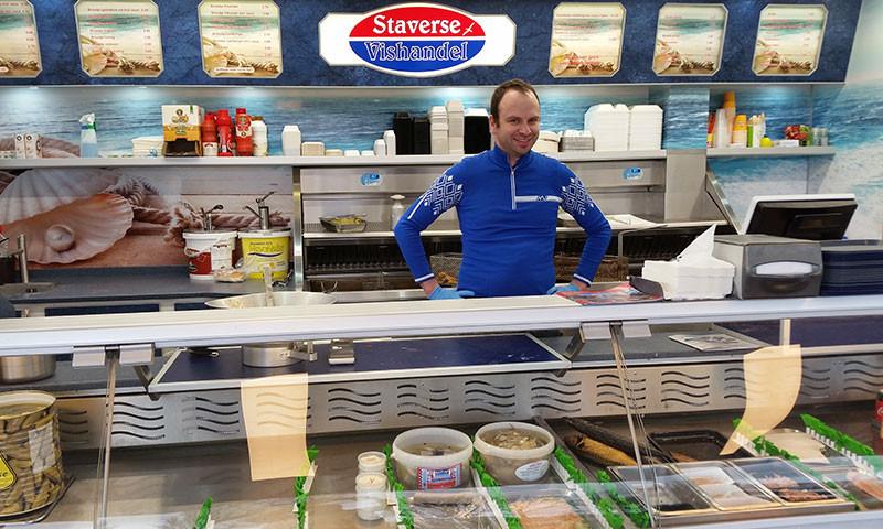 Jurjen Pruis serviert leckeren Fisch in maritimer Umgebung.