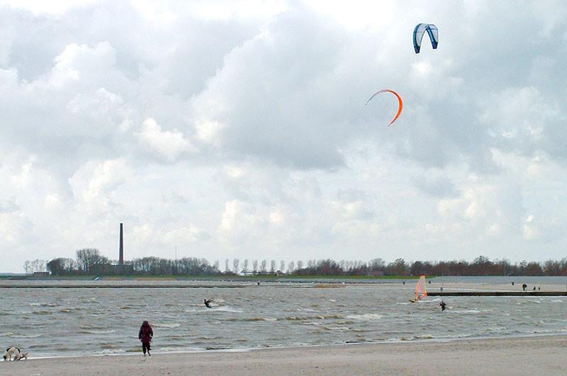 Themenverwandtes Bild; Kitesurfer bei Lemmer.