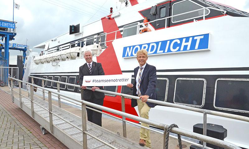 """H.J. Katenkamp von den Seenotrettern und AG """"EMS"""" Vorstand Dr. B. Brons bekräftigen die Spendenzusage für den neuen Rettungskreuzer."""