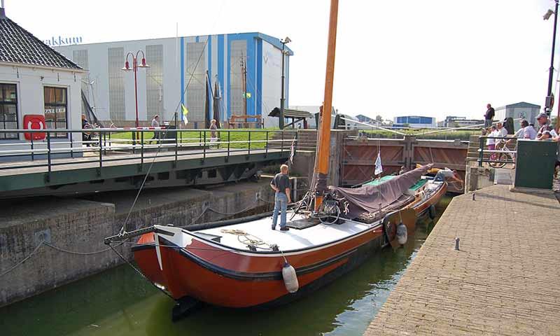 Im Hintergrund die Werfthalle von De Vries Makkum.
