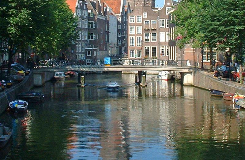Eine der Zahlreichen Brücken von Amsterdam.