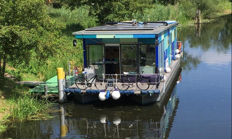 Das Hausboot verfügt über zwei 60 PS Mercury Bigfoot Motoren und ist CE C zertifiziert.