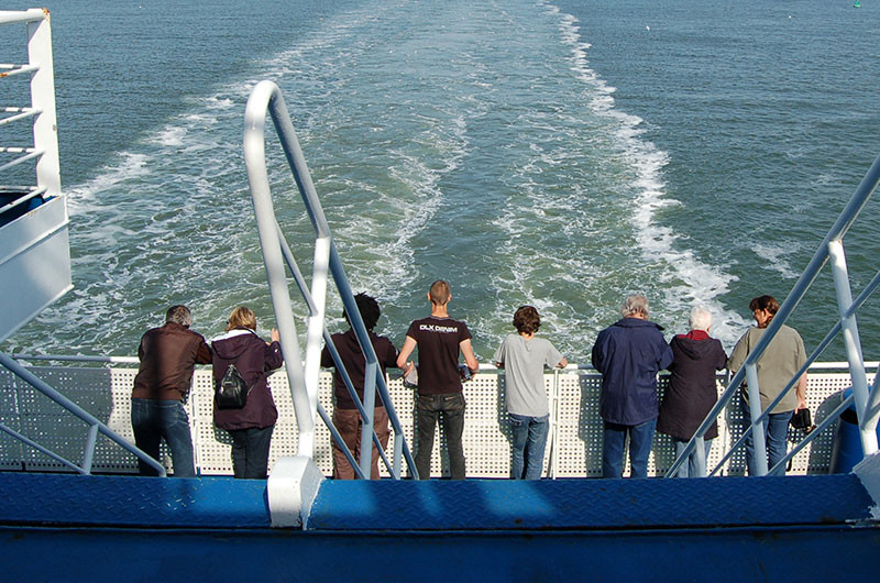 Bald stehen zwischen Eemshaven und Rosyth Passegiere an der Reling.