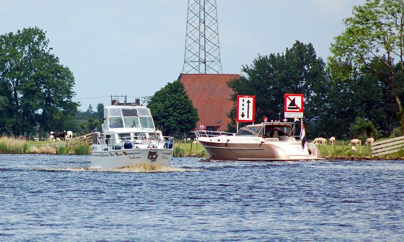 Symbolbild; Motorjachten auf dem Prinses Margriet Kanal bei Irnsum.