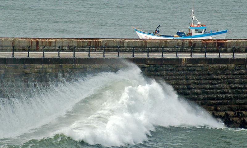 Themenverwantes Bild; Gefährliche Wellenbrecher.