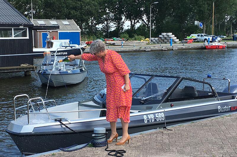 Regina Bouius-Riemersma (allgemeine Direktorin der Provinz Fryslân) tauft das neue Schnellboot PW5.