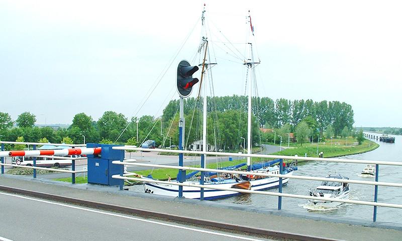 Vor der Brücke liegen vor allem an den Wochenenden Frachtschiffe.