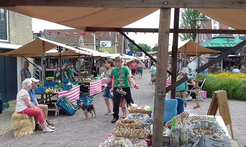 Jeweils am Donnerstag ist Bauernmarkt in Woudsend. Foto: Tonnie Ketelaar