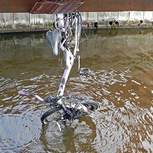 """Grachten-Fahrrad"" an einem Schiffsrumpf verkeilt. Foto: R. Zengafinnen"