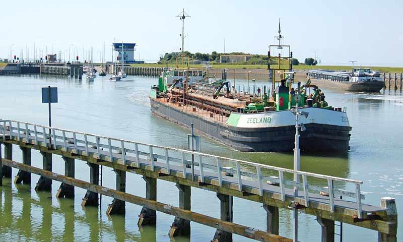 Frachtschiffe vor der Lorentz-Schleuse bei Kornwerderzand.