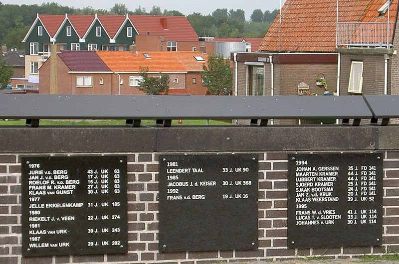 Gedenktafeln in Urk; Der Fischereiberuf forderd immer wieder Opfer.