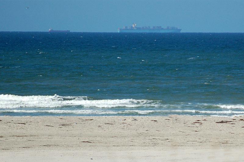 Frachtschiffe im Watt vor Terschelling