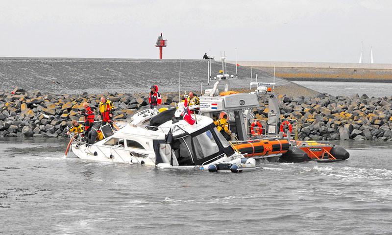 Die KNRM-Flotte wird mit acht neuen Booten erweitert. Bild KNRM: Bergung einer Jacht am Pollendam in Harlingen.