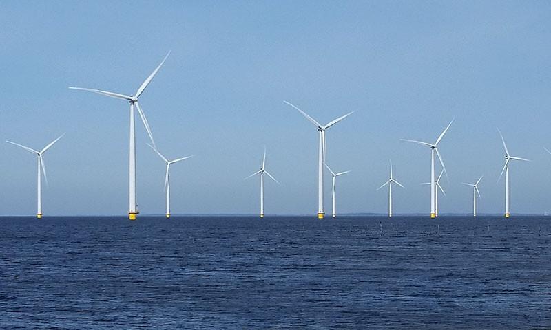 """Eine """"kleine"""" Windkraftanlage im IJsselmeer."""