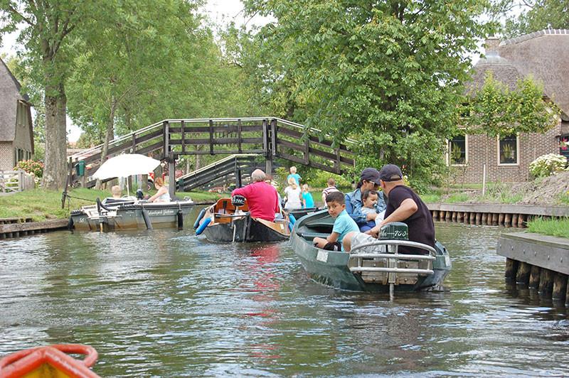 In Giethoorn kommt es zu Stau auf dem Wasser.