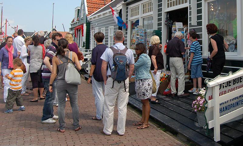 Tages-Touristen in Marken.