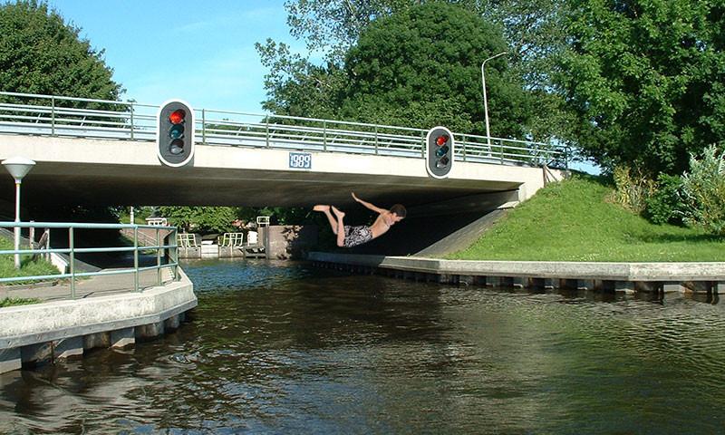 Vor allem bei Jugendlichen und jungen Erwachsenen ist das Brückenspringen sehr beliebt.