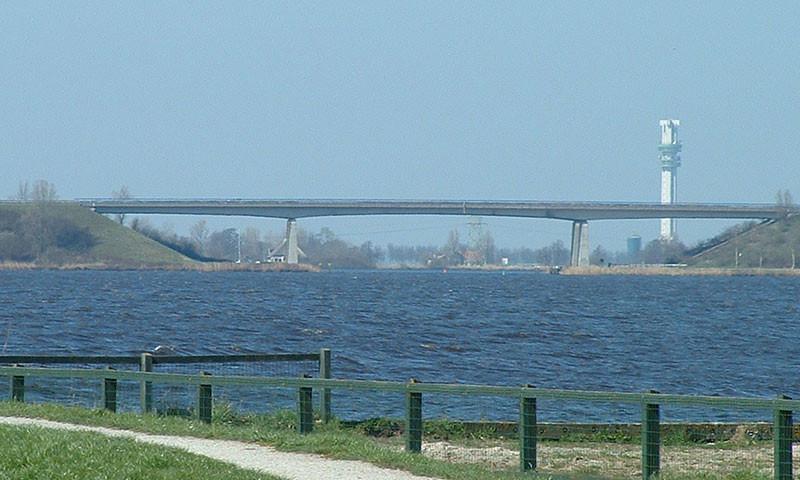 Zwischen Lemmer und Joure führt die A6 nahe am Wasser entlang.
