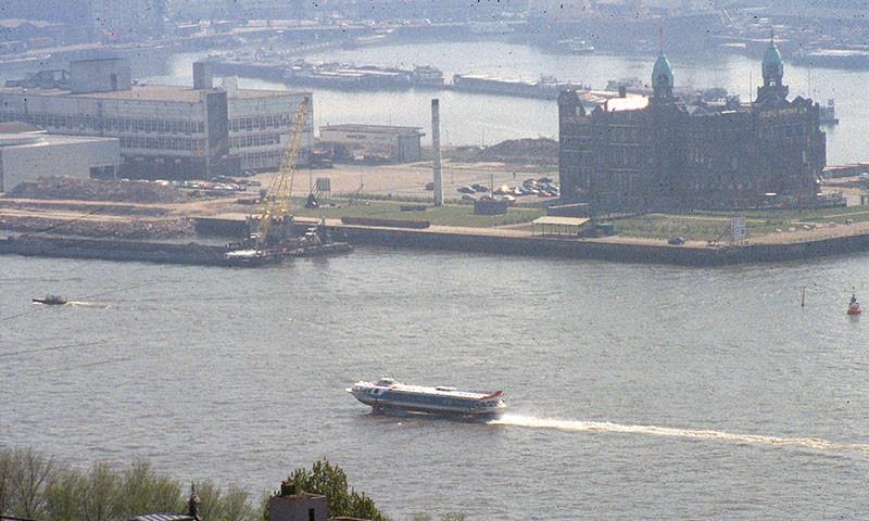 Im Hintergrund der Rijhafen, das Gebäude war Sitz der Holland Amerika Linie und ist heute Hotel New York (Foto 1995).Im Hintergrund der Rijhafen, das große Gebäude Hotel New York (Foto 1995).