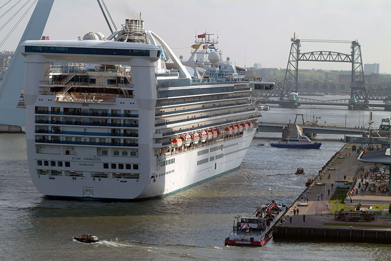 Die Star Princess beim Anlegemanöver am Rotterdam Cruiseport.