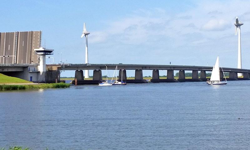 Durch die Ketelbrücke gelangt man vom IJsselmeer ins Ketelmeer, Keteldiep, Geldersche IJssel und ins Ramsdiep.
