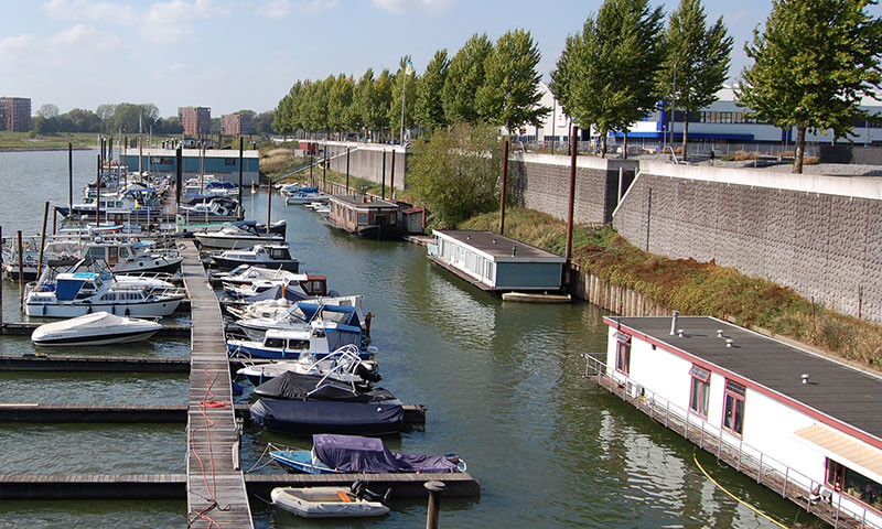 Geschützt liegende Wohnboote in einem Jachthafen bei Arnhem.