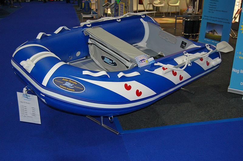 Ein Schlauchboot mit den typischen Seerosenblätter.