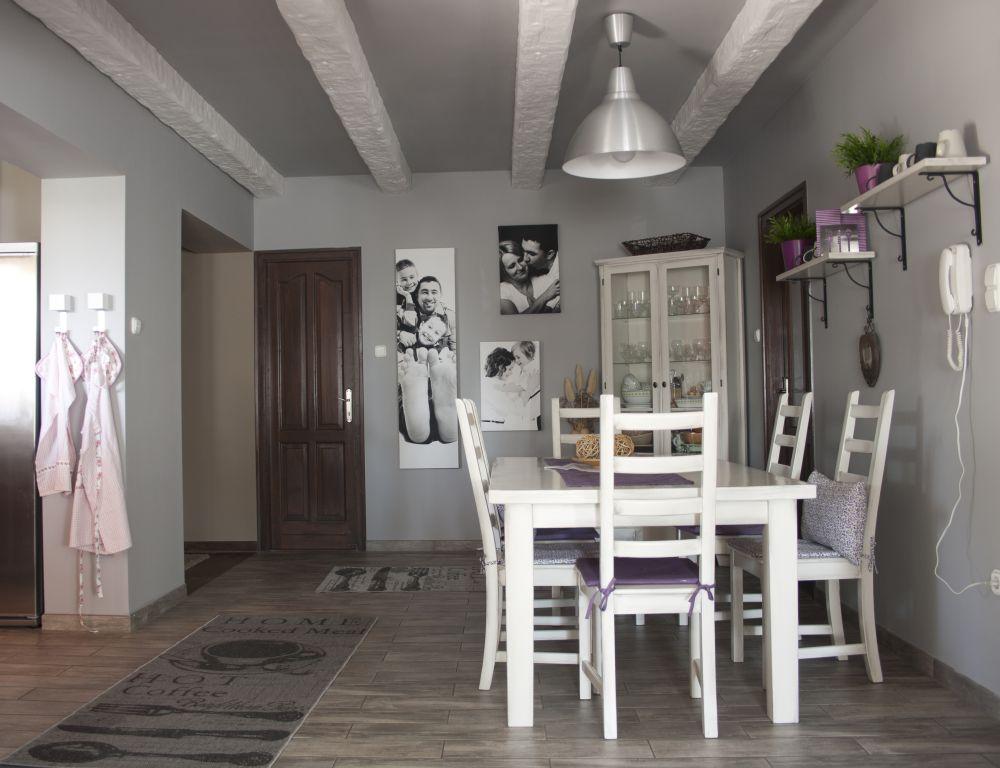 Az étkezp a szürke-róza nappalihoz