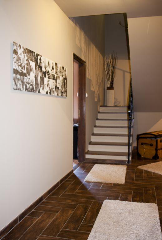 Lépcsőház családi fotómontázzsal