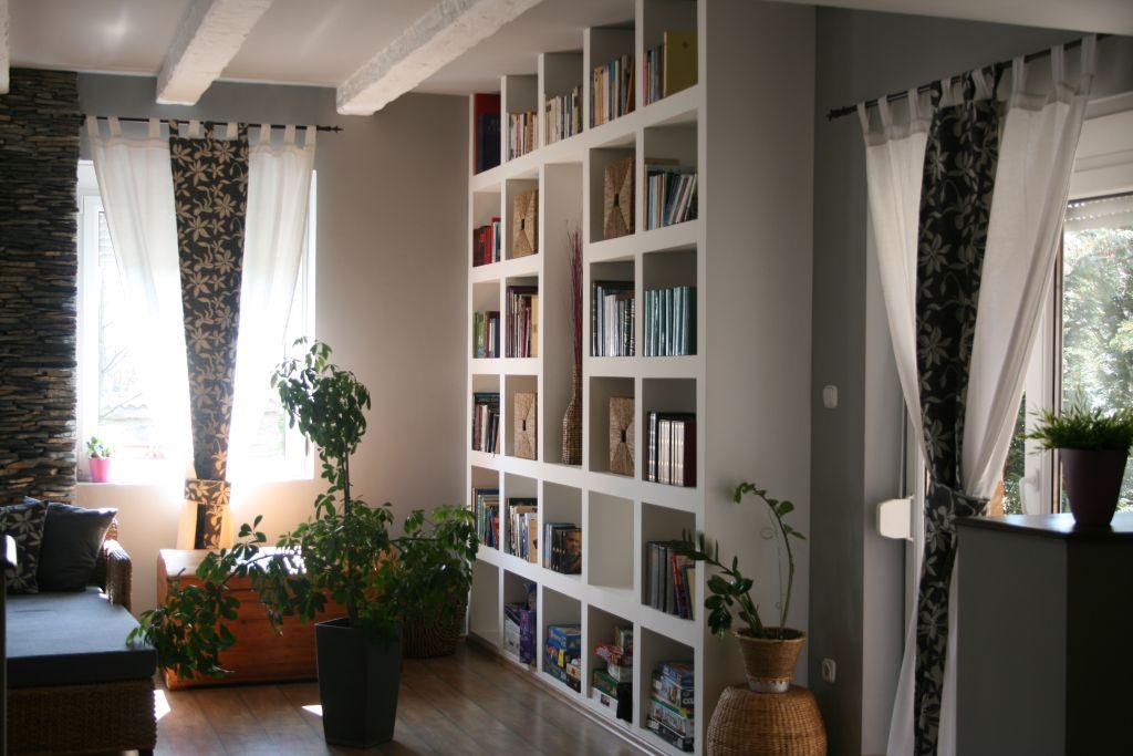 Épített polc a nappaliban