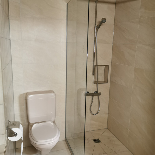 Neue Dusche mit Fliessen und Glas-Trennwand