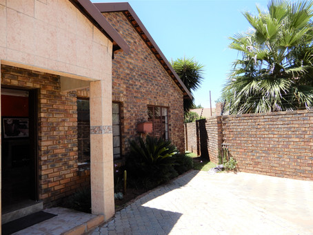 3 Bedroom Duet For Sale in Heuweloord - R 1 500 000.