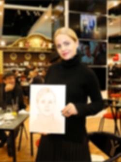 Mena Suvary presente son portrait