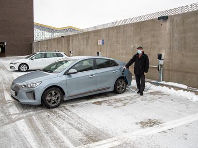 Sähköautojen myynti vauhdissa, latauspisteistä pulaa