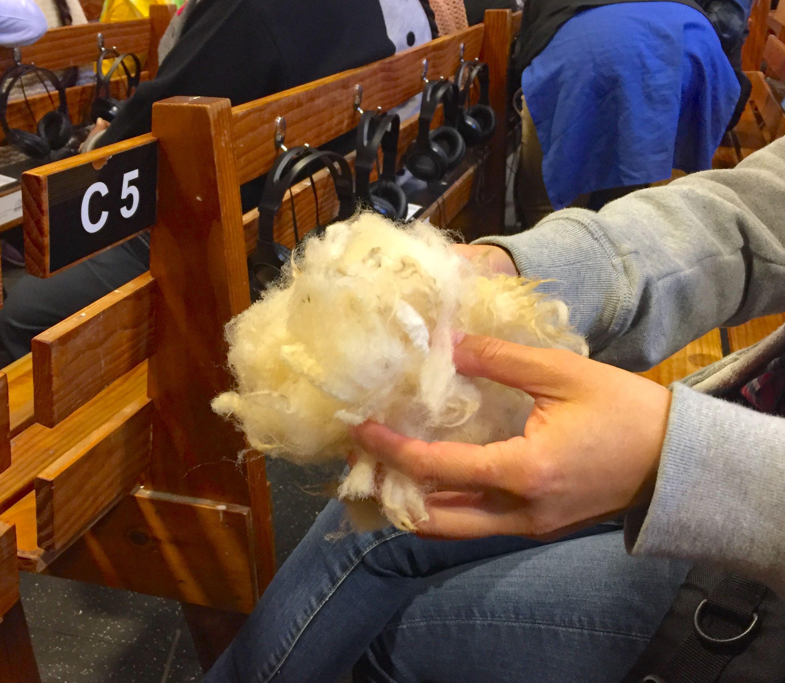 刈り取った羊毛